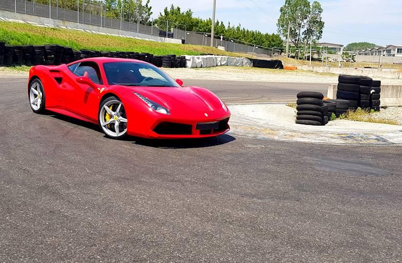 Giri in pista su Ferrari 488 a Milano