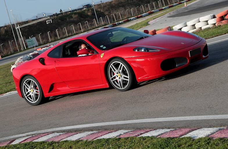 Giro in pista su Ferrari 430 a Bari in Puglia