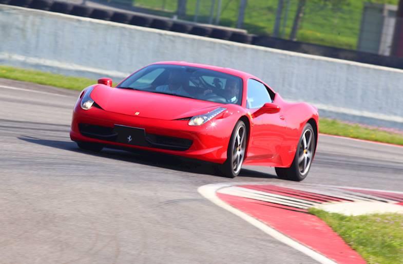 Giro in pista su Ferrari e Lamborghini ad Adria
