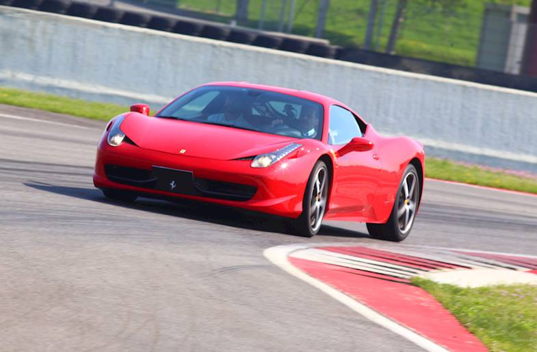 Giro su Ferrari 488 o Lamborghini Huracan Evo ad Adria