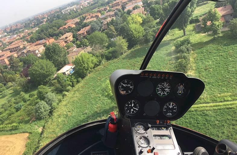 Pilotare un elicottero biposto vicino Modena