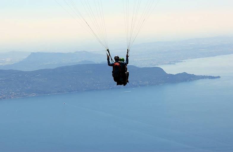 Volo in parapendio sul lago di Garda in Lombardia